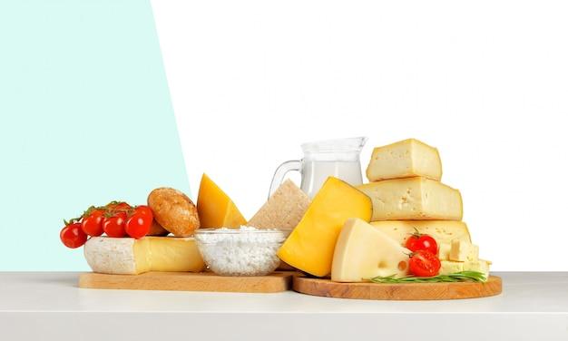Käse auf holztisch Premium Fotos