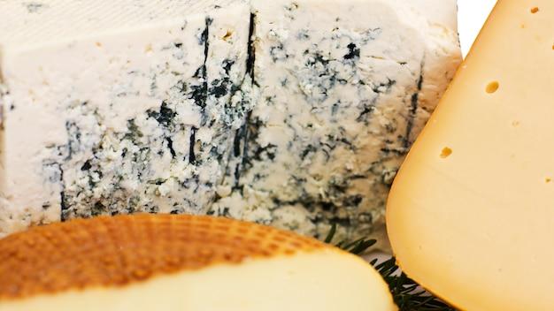 Käse eingestellt. roquefort mit blauschimmel, cheddar und geräuchertem käse. Premium Fotos