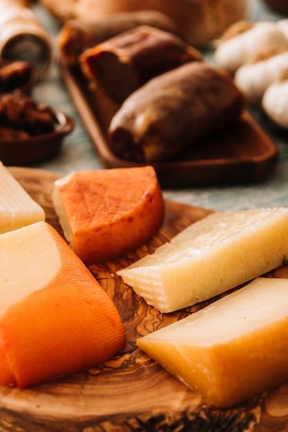 Käse in der nähe von assorted essen Kostenlose Fotos