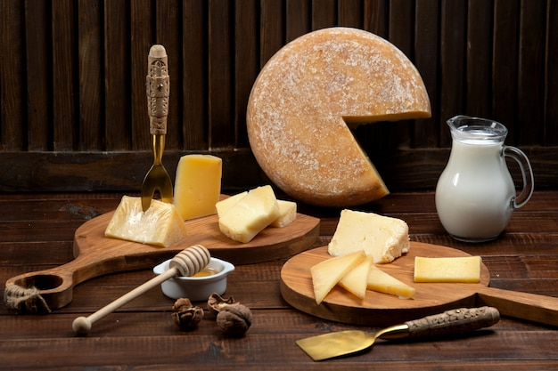 Käse schneidet plätze auf hölzernen schneidebrettern Kostenlose Fotos