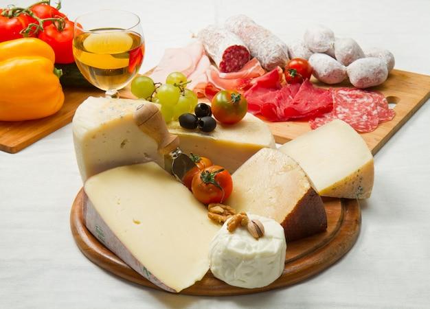 Käse und aufschnitt Premium Fotos