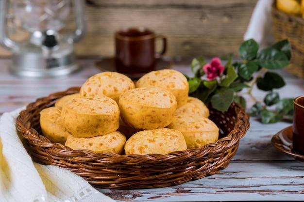 Käsebrot, chipa mit kaffee und blumen. Premium Fotos