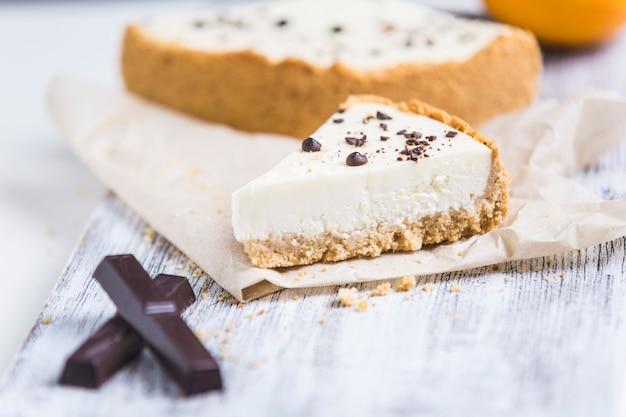 Käsekuchen mit zitronenorange und schokolade Premium Fotos