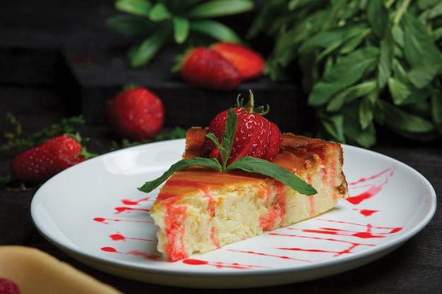 Käsekuchenscheibe mit erdbeer- und minzblättern Kostenlose Fotos