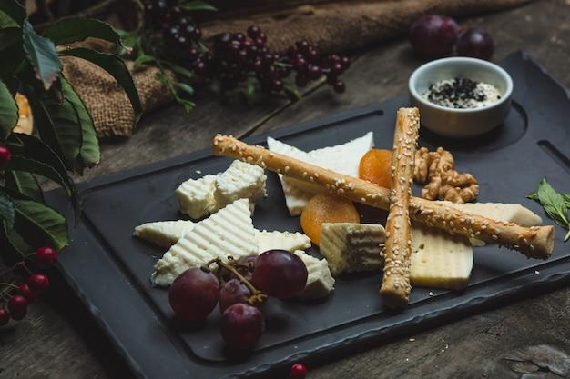 Käseplatte mit sesamierten galettes Kostenlose Fotos