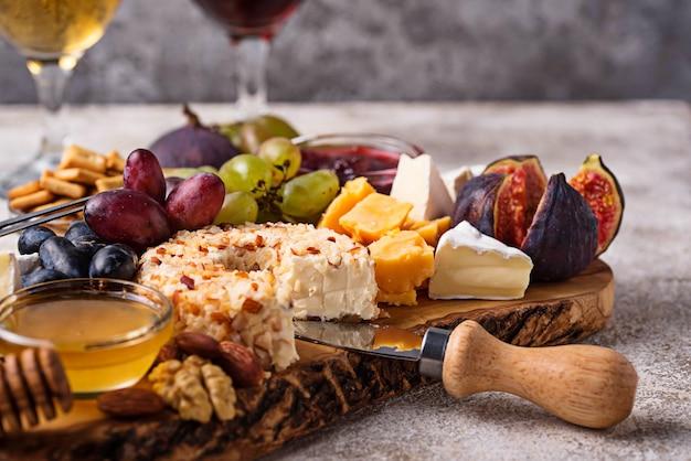Käseplatte mit trauben und wein Premium Fotos