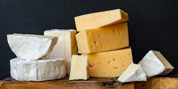 Käsesortiment mit verschiedenen hart- und weichkäsesorten Premium Fotos