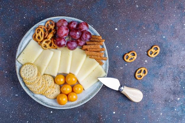 Käseteller mit leckerem tilsiter käse und snacks. Kostenlose Fotos