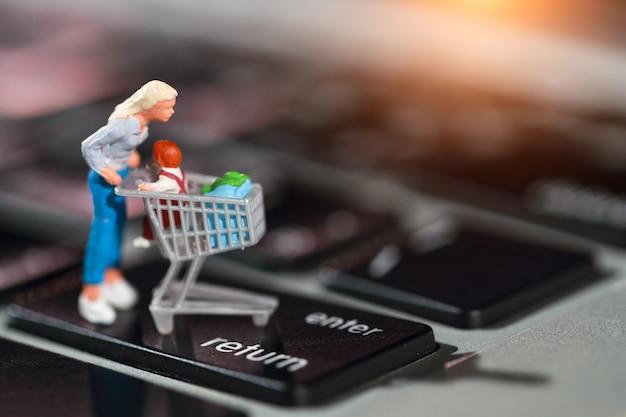 Käufer drücken sie die eingabetaste auf der computertastatur als online-zahlung von zu hause aus Premium Fotos
