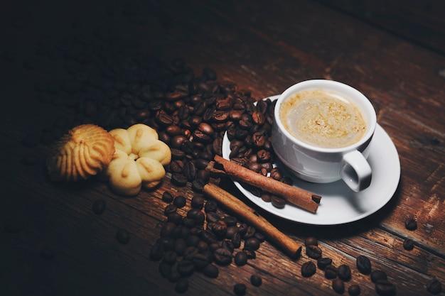 Kaffee auf dem tisch Premium Fotos