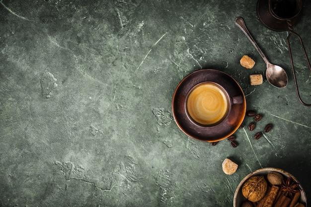 Kaffee, blumen und gewürze auf altem grünem hintergrund Premium Fotos