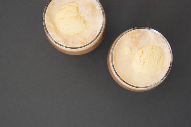 Kaffee-espresso-getränk mit eis. affogato, sommerliches erfrischungsgetränk im glas. Premium Fotos