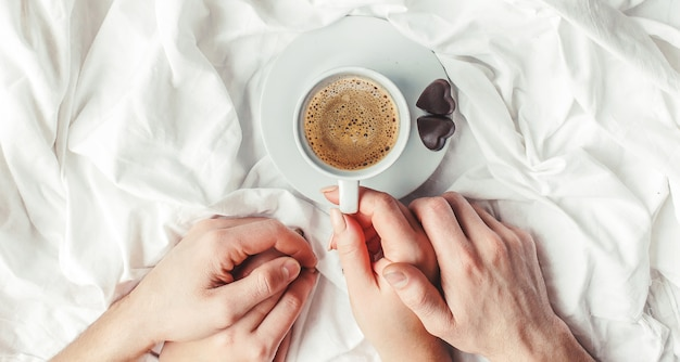Kaffee im bett. selektiver fokus heisses getränk. Premium Fotos