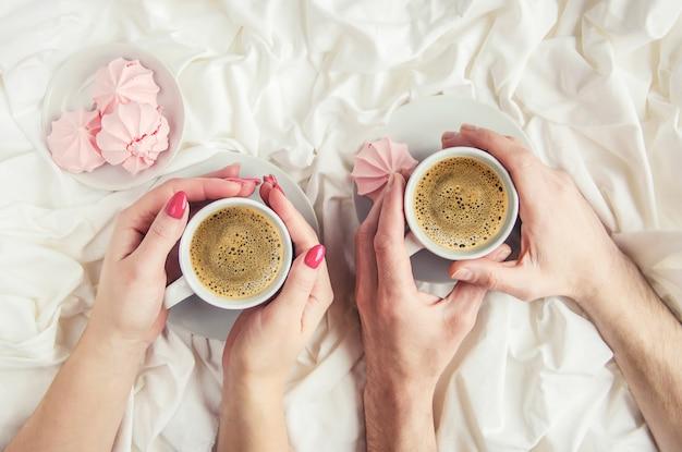 Kaffee im bett. selektiver fokus liebe trinken Premium Fotos