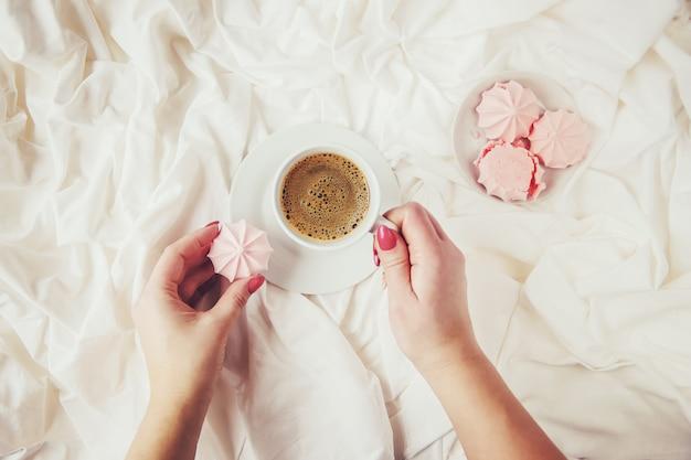 Kaffee im bett Premium Fotos