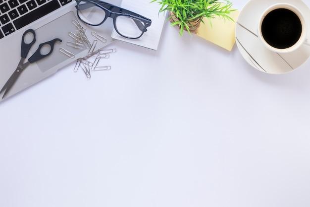 Kaffee in der nähe von ernte laptop und brille ...