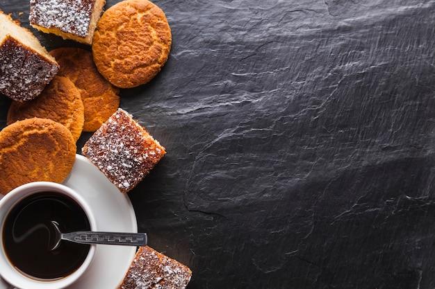 Kaffee in der nähe von keksen | Download der kostenlosen Fotos