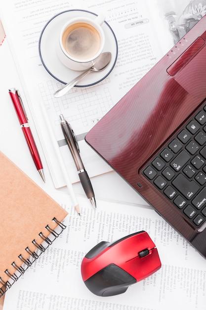 Kaffee in der nähe von laptop und schreibwaren ...