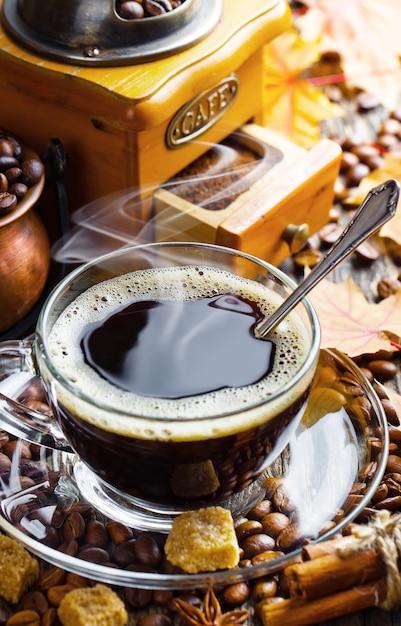 Kaffee in einer tasse auf einem alten hintergrund Premium Fotos
