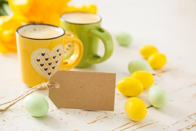 Kaffee in grünen und gelben tassen, tulpen Premium Fotos