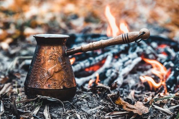 Kaffee kochen auf dem spiel Premium Fotos