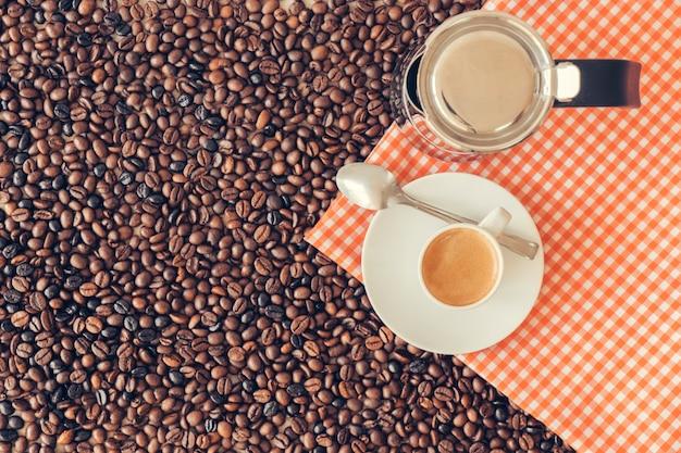 Kaffee-konzept mit moka-topf und tasse auf tuch Kostenlose Fotos