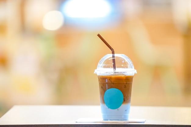 Kaffee mit blauer milch am hintern Premium Fotos
