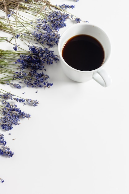 Kaffee mit blumenzusammensetzung auf dem tisch Premium Fotos