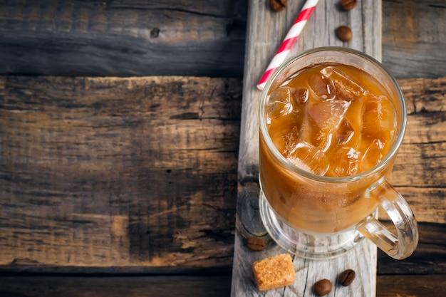 Kaffee mit eis in einem glas Premium Fotos