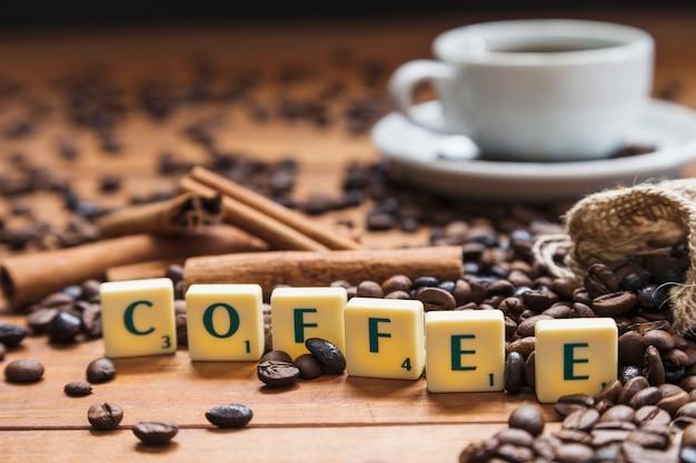 Kaffee schreiben in der nähe von bohnen und zimt ...