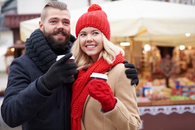 Kaffee trinken auf weihnachtsmarkt Kostenlose Fotos
