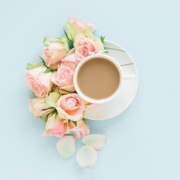 Kaffee und blumen Kostenlose Fotos