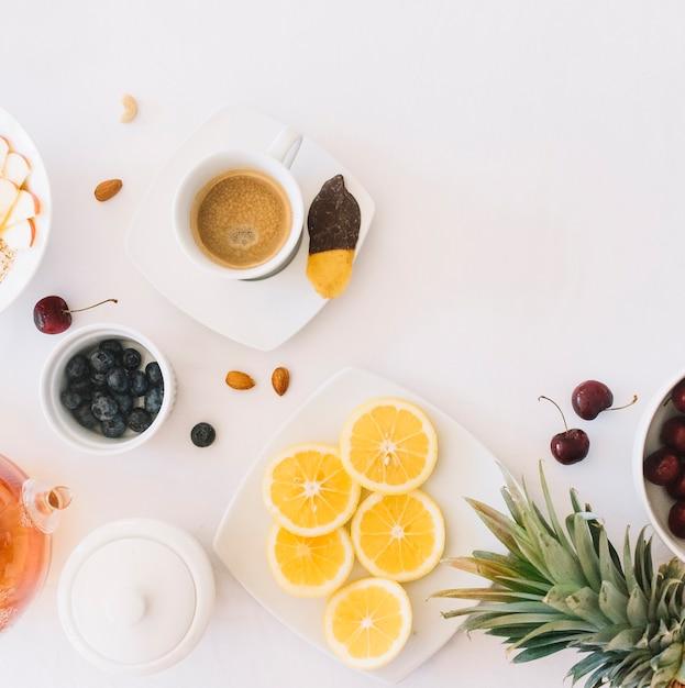 Kaffee und brot mit früchten auf weißem hintergrund Kostenlose Fotos