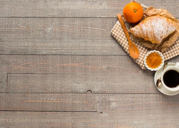 Kaffee und hörnchen zum frühstück draufsicht Premium Fotos