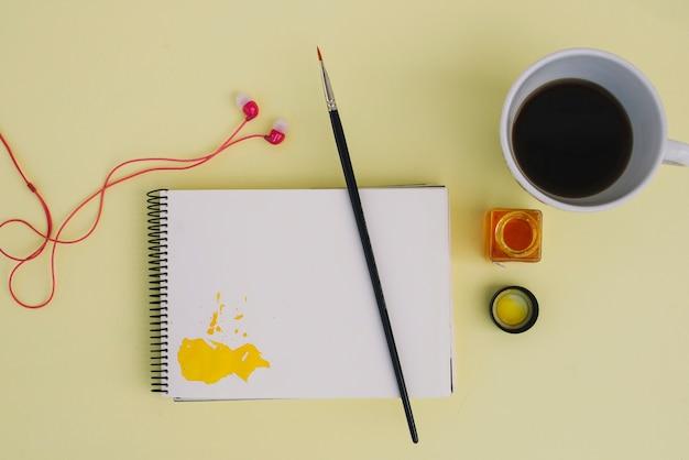 Kaffee und kopfhörer in der nähe von malzeug | Kostenlose Foto
