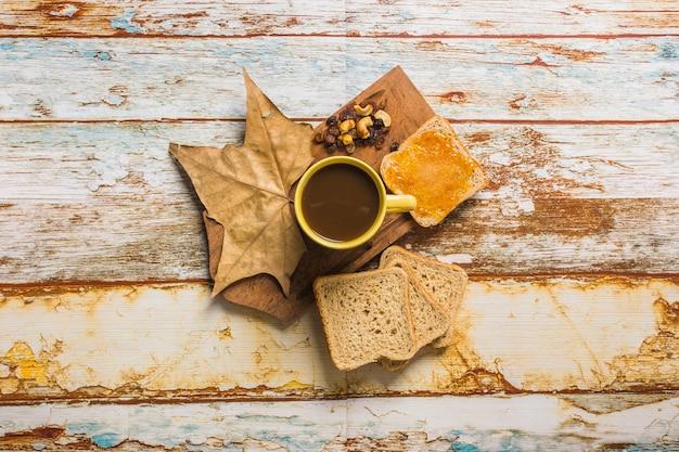 Kaffee und toast in der nähe von blatt und rosinen ...
