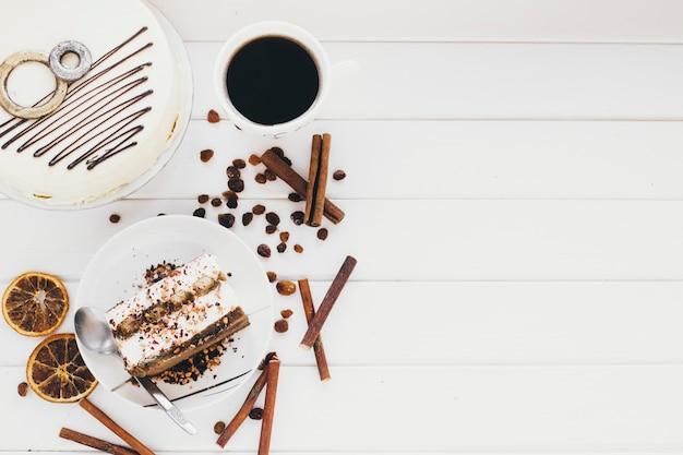 Kaffee und zimt in der nähe von kuchen | Kostenlose Foto