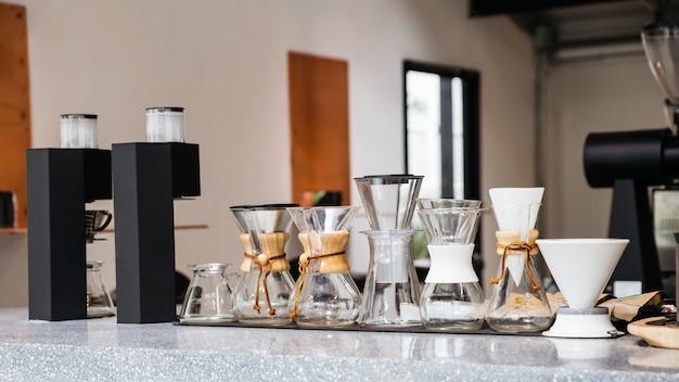 Kaffeeausrüstungen mit verschiedenen größen der tropfkaffeetassen Premium Fotos