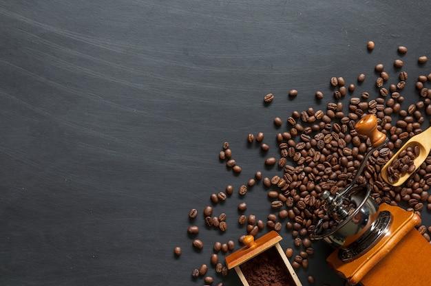 Kaffeebohne auf schwarzem holzbodenhintergrund. draufsicht. platz für text Premium Fotos