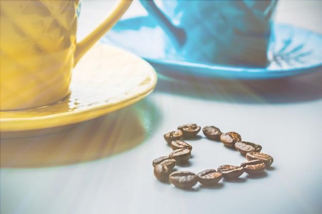Kaffeebohne. eine tasse kaffee. selektiver fokus. Premium Fotos