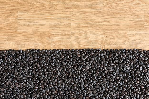 Kaffeebohnen auf hölzernem hintergrund. als hintergrund verwendet Premium Fotos