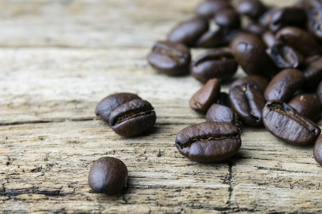 Kaffeebohnen auf hölzernem hintergrund Premium Fotos