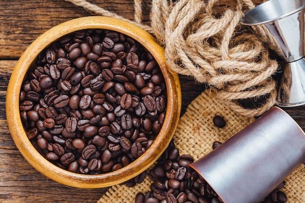 Kaffeebohnen auf holztisch Premium Fotos