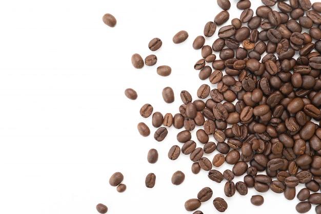 Kaffeebohnen auf weißem hintergrund Premium Fotos