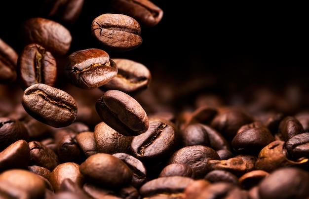 Kaffeebohnen fallen Premium Fotos