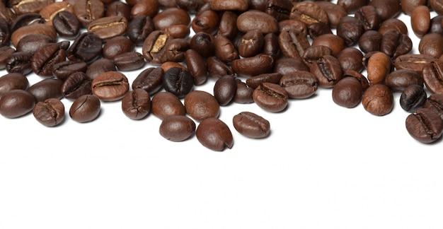 Kaffeebohnen getrennt auf weißem hintergrund Premium Fotos