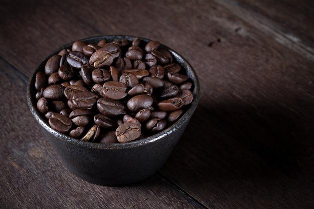 Kaffeebohnen in der braunen schüssel Premium Fotos