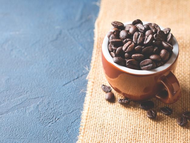 Kaffeebohnen in der espressotasse auf leinwand Premium Fotos