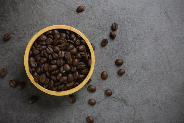 Kaffeebohnen in der schüssel auf dem tisch Kostenlose Fotos