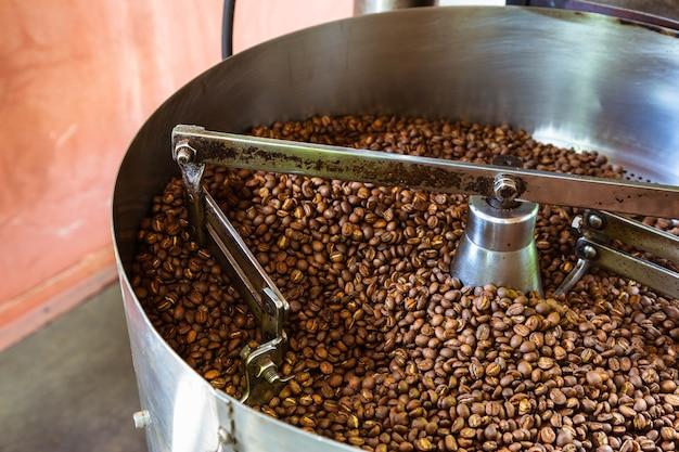 Kaffeebohnen in kaffeeröstmaschinen Premium Fotos